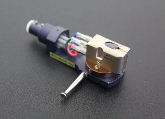 モノラル録音のレコードは左右同じ溝が掘られるため(左右同位相)、横方向の振動で記録されています。モノラル・レコードの再生専用カートリッジは、縦方向の振動感度が鈍く作られているため、ステレオレコードに使用すると盤面を損なう場合もあります。オーディオテクニカ製AT33MONOのように縦方向の振動を吸収しつつ横方向の信号だけをピックアップする製品もあります。