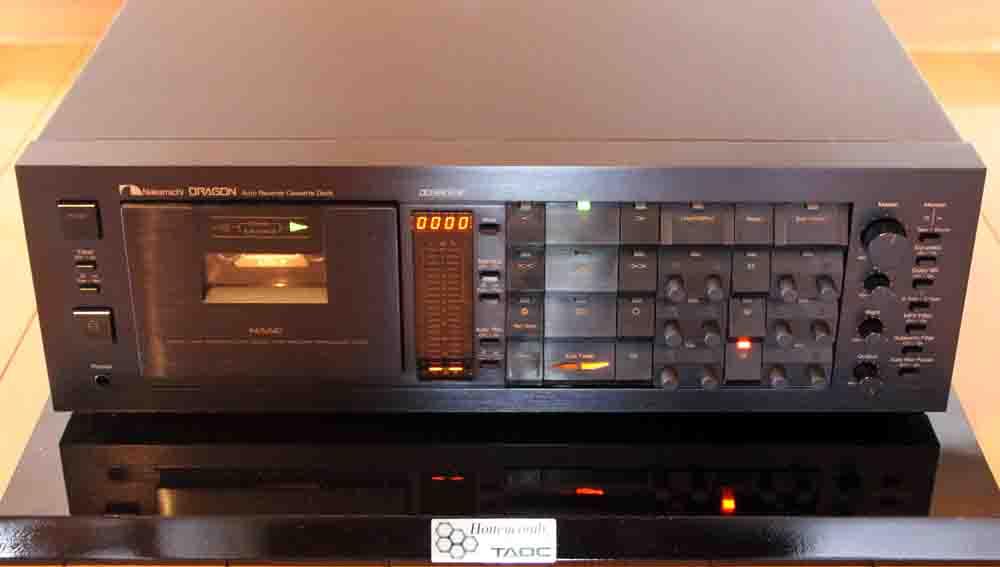 レコードデジタルラボでは、国産カセットデッキの最高峰NakamichiのDragonを使用します。ピュアオーディオ機器を介して24bit/96khzハイレゾ録音でデジタル化し、ヒスノイズ除去と(サ~というノイズ)、ソフトマスタリングで音質調整を行い基本となるデジタルデータを作成します。